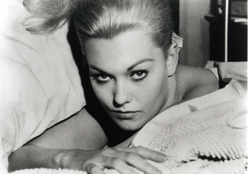 Kim-Novak-bw-looking-up-from-bed